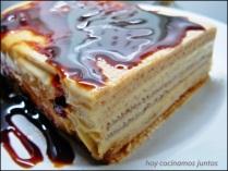 Tarta de obleas con natillas y caramelo